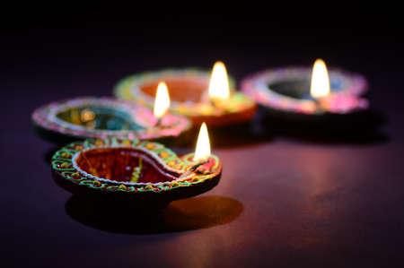디왈리 축제 기간 동안 다채로운 점토 디야(랜턴) 램프가 켜집니다. 인사말 카드 디자인 인도 힌두교 빛 축제 디왈리.