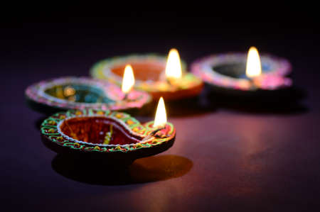 Kleurrijke klei Diya (lantaarn) lampen aangestoken tijdens Diwali-viering. Wenskaart Design Indian Hindu Light Festival genaamd Diwali.