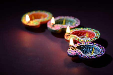 Lámparas de arcilla de colores Diya (linterna) encendidas durante la celebración de Diwali. Diseño de tarjeta de saludos Festival de la luz hindú hindú llamado Diwali.
