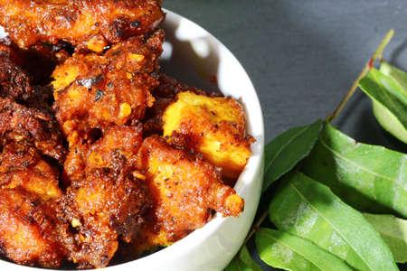 チキン 65、スパイシーなミックスと深いインド前菜鶏一口セレクティブ フォーカス、油で揚げた。
