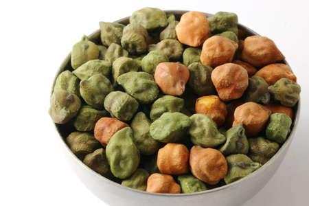 Eine Mischung aus schwarzen und grünen Kichererbsen oder Chana Standard-Bild - 86373450