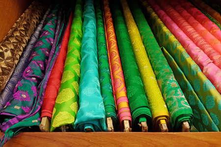 tela seda: tela de seda fina rollos de materia prima con textura de colores en estuche de madera