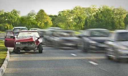 accidente transito: Coche viejo Crashed entre el flujo de tr�fico Foto de archivo
