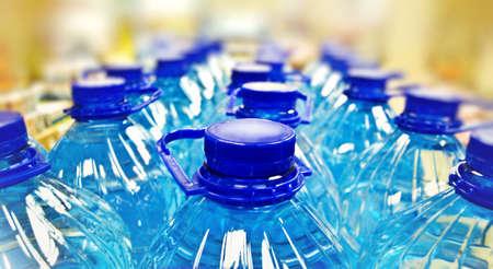 riga di acqua in bottiglia
