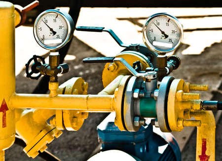 Gas-Pipeline mit Manometer    Standard-Bild