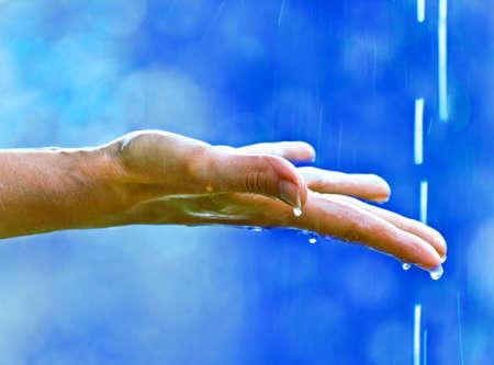 sotto la pioggia: mano con gocciolamento
