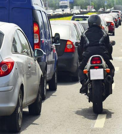 motociclista: motociclista, traffico cittadino