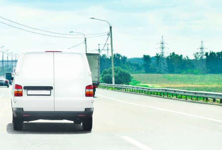 carro comercial em rodovia Imagens