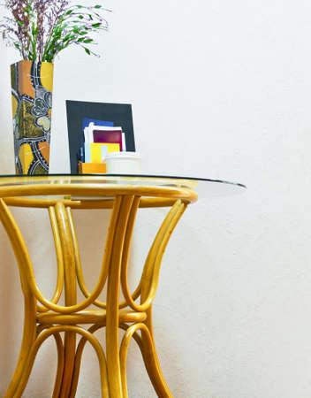 Tavolo in rattan con vaso Archivio Fotografico - 15688626