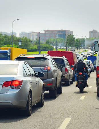 motociclista: tráfico de la ciudad