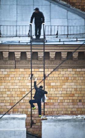 horrifying: burglars on the roof