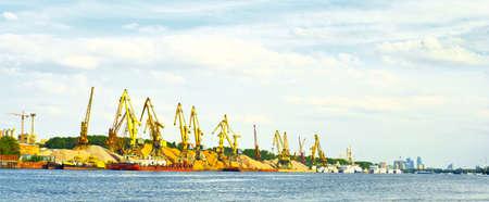 paesaggio industriale: gru portuali Archivio Fotografico