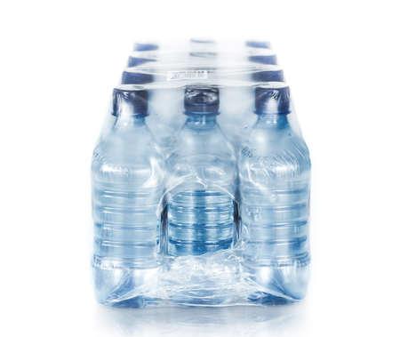 verpakt gebotteld water op wit