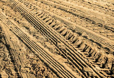 huellas de neumáticos en la arena