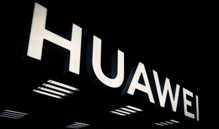 2020: Huawei light sign in the electronics store 新闻类图片