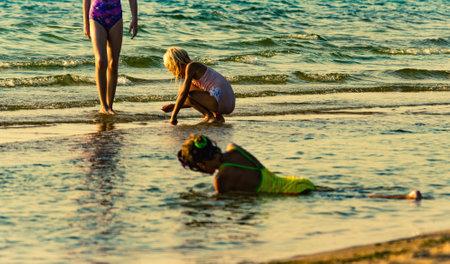 child girls on sea beach 新闻类图片