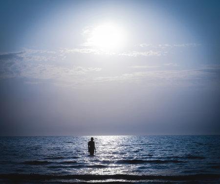 Night lunar seascape, bathing at moonlight 免版税图像