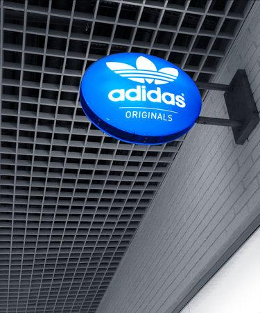 2020: sign the Adidas Originals 新闻类图片