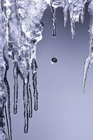 つらら: 輝く白いつらら氷下のぶら下げ