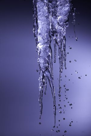 glaçons avec eau pétillante gouttes tomber  Banque d'images - 6217480