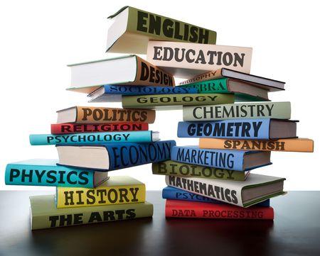 leerboek: schoolboeken op een stapel educatieve leerboeken wih tekst onderwijs leidt tot kennis Stockfoto