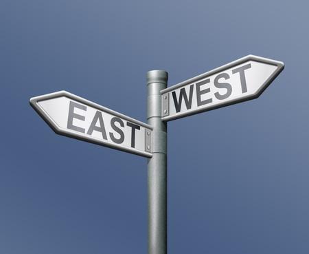 East west verkeers bord op blauwe achtergrond Stockfoto