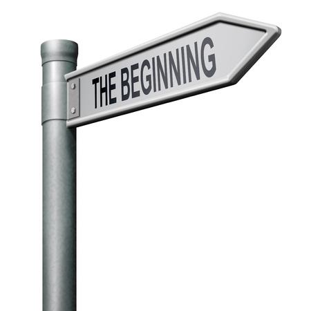 empezar: el signo de carretera de comienzo indicando inicia o comenzar Foto de archivo
