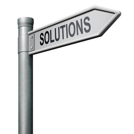 investment solutions: encontrar soluciones para resolver el problema de manera de indicationg de signo de carretera Foto de archivo