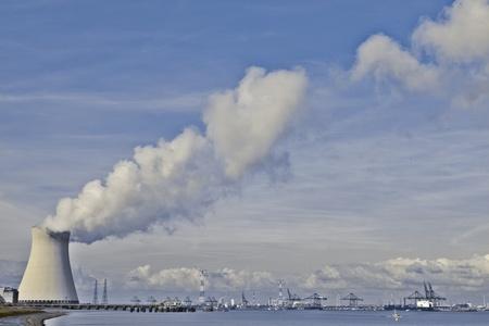 contaminacion del agua: Torres de una planta de energ�a nuclear creando nubes en el puerto de Antwerp de refrigeraci�n
