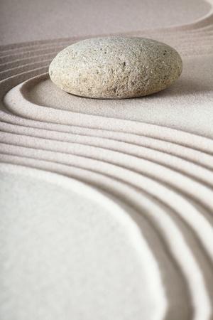 sencillez: Jardín Zen zen jardín japonés de piedra con arena rake y equilibrio y tranquilidad piedra ondas patrón arena