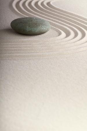 piedras zen: Jard�n Zen zen jard�n japon�s de piedra con arena rake y ronda de equilibrio y tranquilidad piedra ondas patr�n arena