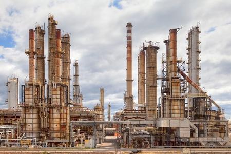 industrial landscape: olio raffineria industria petrolchimica chimici carburante distillazione di benzina petrochemy