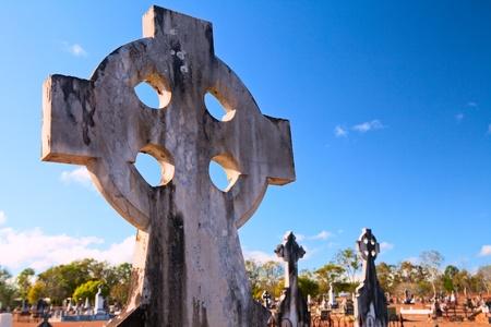 croce celtica: croce celtica su Australian vecchio cimitero antica lapide cimitero di sepoltura a terra con copia spazio nel cielo blu