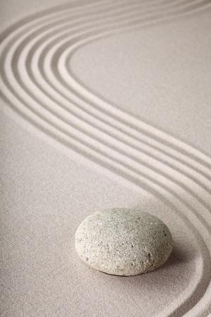 sencillez: Jardín Zen japonés jardín zen de piedra con arena rake y ronda de equilibrio y tranquilidad piedra ondas patrón arena