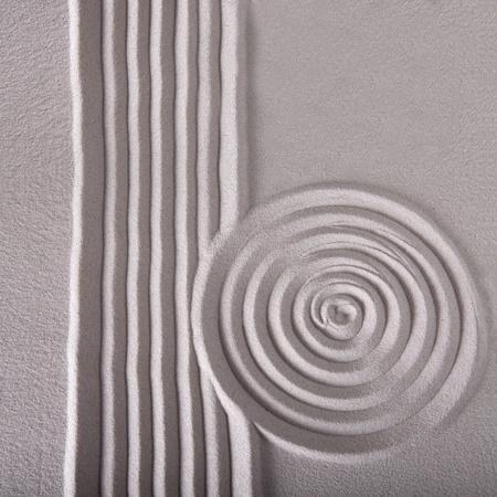 jardin de sable zen ratissé abstraite de sable pour le calme et tranquille équilibre spirituel ondulées texture pattern et le cercle avec un fond de lignes Banque d'images