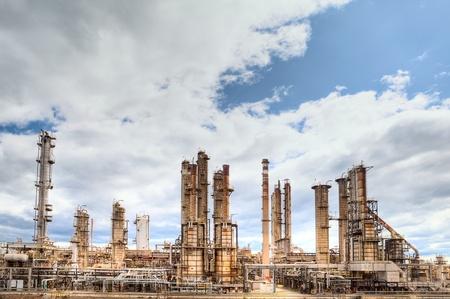 industrial landscape: raffineria petrolchimica chimica del combustibile distillazione industriale di benzina petrochemy Editoriali