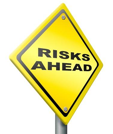 risks ahead: riesgo por delante una se�al de advertencia de peligro amarillo y el riesgo en un futuro pr�ximo, el temor de peligro Foto de archivo