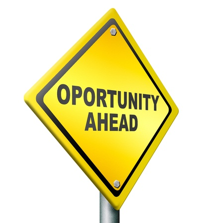 opportunità avanti, migliori possibilità di cambiare in meglio, il miglioramento di posti di lavoro, fare carriera, cartello stradale giallo con testo nero