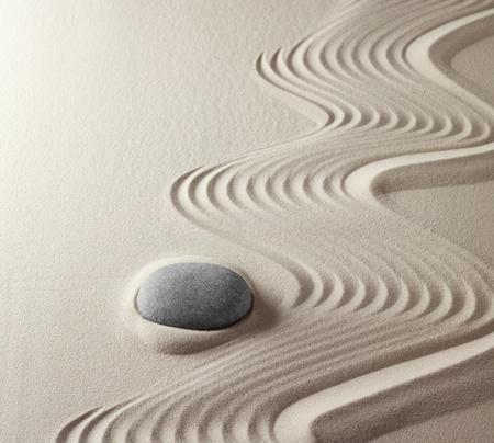 zen stones: El budismo zen japon�s jard�n de la roca espiritual abstracta armon�a y concepto de balance para la meditaci�n la pureza de concentraci�n y de la arena de spa de relajaci�n y piedra