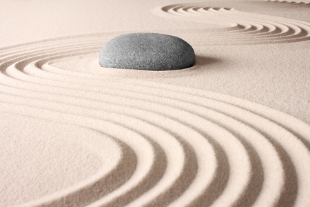 meditación de concentración y relajación spa budismo zen japonés espiritual, la armonía de rock jardín abstracto y concepto de balance para la arena y la piedra pureza
