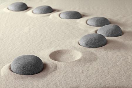 누락 또는 작업 결원 도움이 원하는 잃은 사람들 불완전 그룹은 팀 바위 돌, 모래, 조약돌 모양의 구멍이 함께 갭 링크 개념을 채우기에 가입