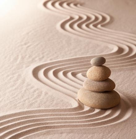 zen meditatie tuin, ontspanning en meditatie door Symplicity harmonie en balancce leiden tot gezondheid en welzijn, spiritualiteit en concentratie achtergrond met kopie ruimte Stockfoto