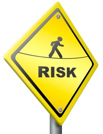 danger: rischio segno avanti avvertimento in giallo essere consapevoli del pericolo e rischio in un prossimo futuro