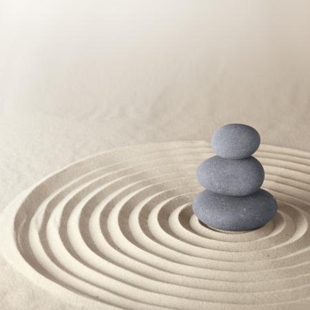 balanza: Japon�s jard�n zen de piedra meditaci�n por concentraci�n y relajaci�n arena y piedra para la armon�a y el equilibrio en pura simplicidad Foto de archivo