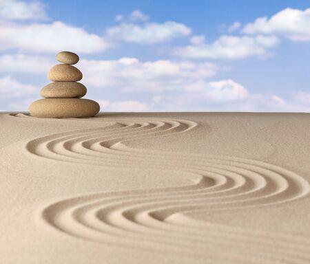 sencillez: meditación zen jardín de piedra patrón de rocas y arena concepto para la relajación y la concentración de equilibrio a través de la simplicidad y la serenidad Foto de archivo