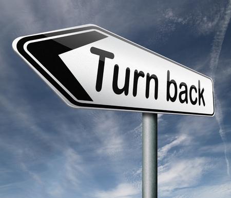 arrepentimiento: u retroceder pista desvío inversa ir marcha atrás flecha dirección opuesta raod signo Foto de archivo