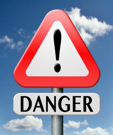 세계에서 위험한 위험한 장소 또는 구역 조심 경고 도로 표지판주의