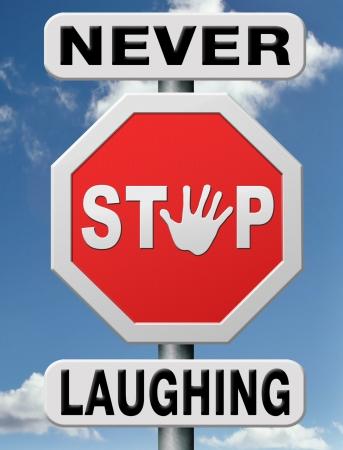 nunca: nunca dejar de re�r, la vida es diversi�n contando chistes para la sonrisa. El pensamiento positivo y el optimismo trae alegr�a y felicidad en su vida. Foto de archivo