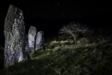 �ge de pierre: Trois menhirs de Cloghan, p�ninsule de Dingle, Kerry Distric Irlande. M�galithe de Celtic �ge de pierre dans la nuit sous un ciel clair. Mystical monument de menhir de l'�re pr�historique et ancienne culture. lightpainting du paysage