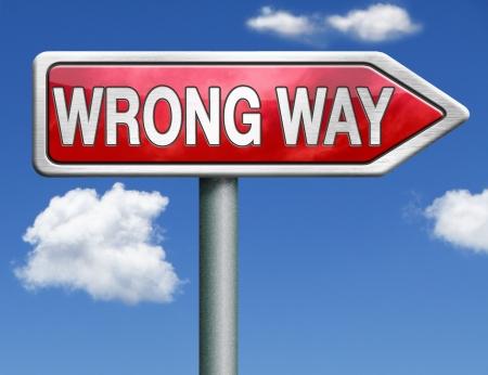 mal faire une erreur d'avertissement alerte de signe de danger pour erreur perdu complètement fausse route mauvais choix de direction n'entrent pas dans la flèche rouge de signe raod Banque d'images